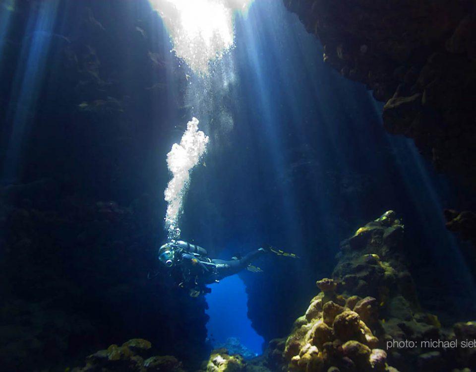 Tauchen am Riff Shaab Claudio im Süden Ägyptens - Fazinierende Lichtspiele am frühen Morgen in den Höhlen - Foto: Michael Sieber